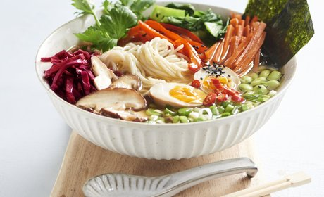Ramen_with_black_mushrooms_soy_beans_and_carrot_strips_300dpi_2