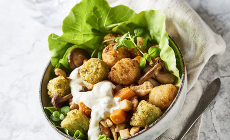 Autumn_salad_with_veggie_tots_and_crispy_vegetables